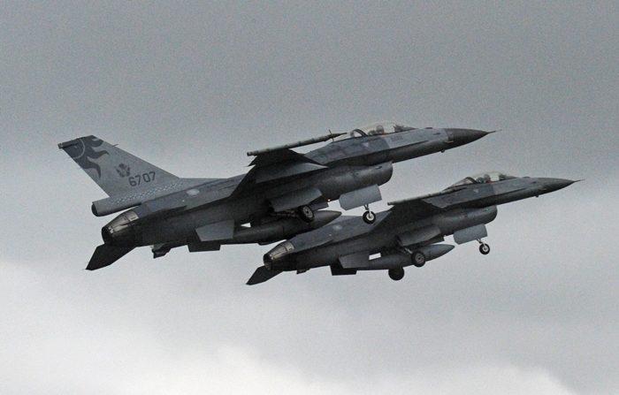 Dos aviones F-16 fabricados en Estados Unidos durante el despegue en la base aérea oriental de Hualien el 23 de enero de 2013. La fuerza aérea de Taiwán demostró sus habilidades de combate en la base aérea de Hualien durante un entrenamiento anual. (Crédito de  SAM YEH/AFP/Getty Images)