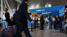 """Preso violento a punto de ser """"deportado"""" escapa del aeropuerto JFK en un taxi"""