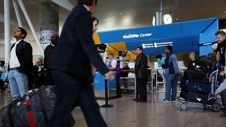 Terminal de llegadas internacionales en el aeropuerto John F. Kennedy Airport (JFK) de Nueva York. (Foto de Spencer Platt / Getty Images)