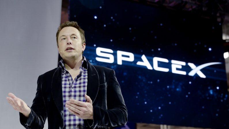 El CEO de SpaceX, Elon Musk presenta la nueva nave espacial tripulada de la compañía, The Dragon V2, diseñada para transportar astronautas al espacio durante una conferencia de prensa el 29 de mayo de 2014 en Hawthorne-California. (Foto de Kevork Djansezian / Getty Images)