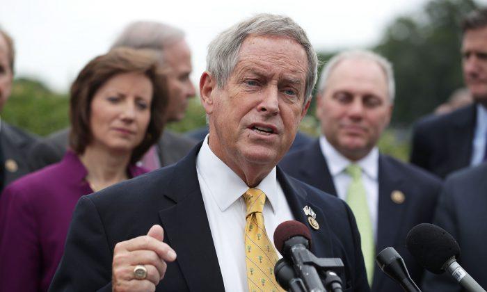 El representante republicano Joe Wilson habla durante una conferencia de prensa en el Capitolio en Washington, DC., el 19 de mayo de 2016 (Alex Wong/Getty Images)