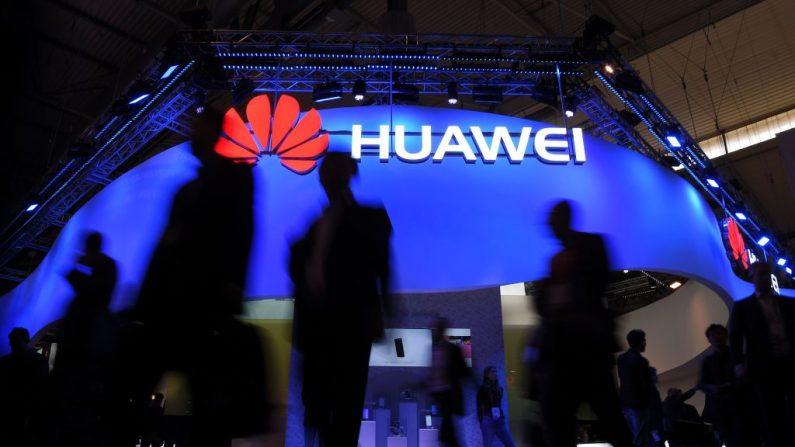 Los visitantes pasan frente al stand de Huawei el primer día del Mobile World Congress en Barcelona, el 27 de febrero de 2017 en Barcelona. (Crédito de LLUIS GENE / AFP / Getty Images)(Crédito de LLUIS GENE / AFP / Getty Images)