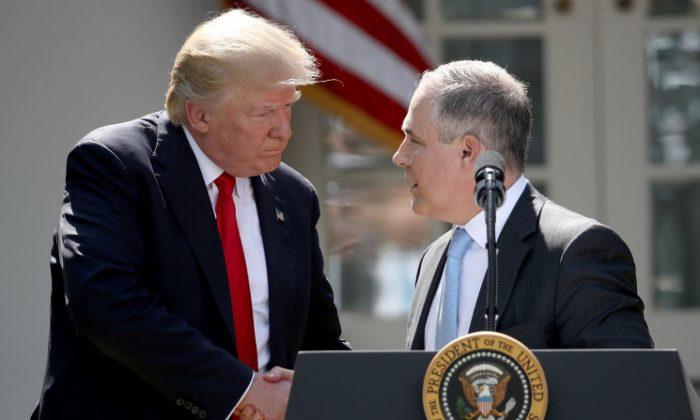 El presidente estadounidense, Donald Trump, estrecha la mano del administrador de la Agencia de Protección Ambiental (EPA), Scott Pruitt, después de anunciar su decisión de que Estados Unidos se retira del acuerdo sobre el climático de París, en el Rose Garden en la Casa Blanca, en Washington, D.C., el 1 de junio de 2017. (Crédito de Win McNamee / Getty Imágenes)