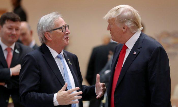 El presidente de EE. UU. Donald Trump (Der.) y el presidente de la Comisión Europea Jean-Claude Juncker, conversan antes de la sesión de trabajo de la mañana en el segundo día de la cumbre económica del G20 en Hamburgo, Alemania, el 8 de julio de 2017. (Crédito de Sean Gallup / Getty Images)