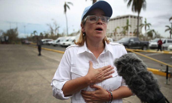 La alcaldesa de San Juan, Carmen Yulin Cruz, habla a los medios cuando llega a la instalación (temporal) del centro gubernamental, en el estadio Roberto Clemente, después del huracán María, el 30 de septiembre de 2017, en San Juan, Puerto Rico. (Crédito de Joe Raedle / Getty Images)
