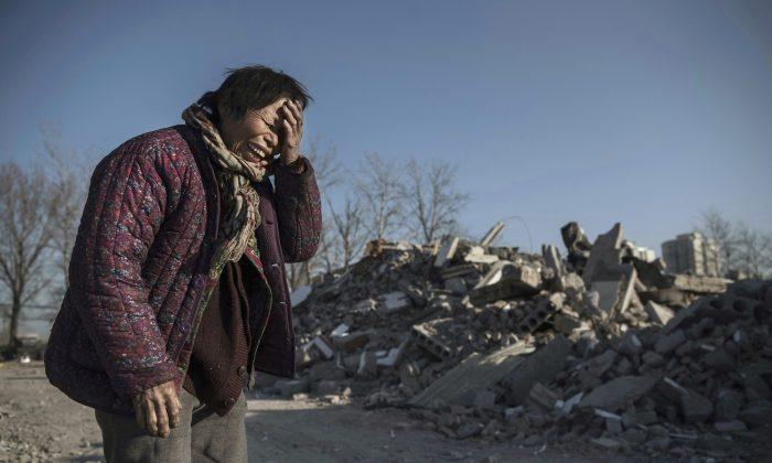 Zheng Yuzhi, ahora está sin hogar, ya que su apartamento fue demolido por las autoridades chinas hace tres meses, en un área que una vez estuvo ocupada por viviendas de los trabajadores inmigrantes, en el cambiante distrito de Beijing, China, el 5 de diciembre de 2017.(Kevin Frayer/Getty Images)