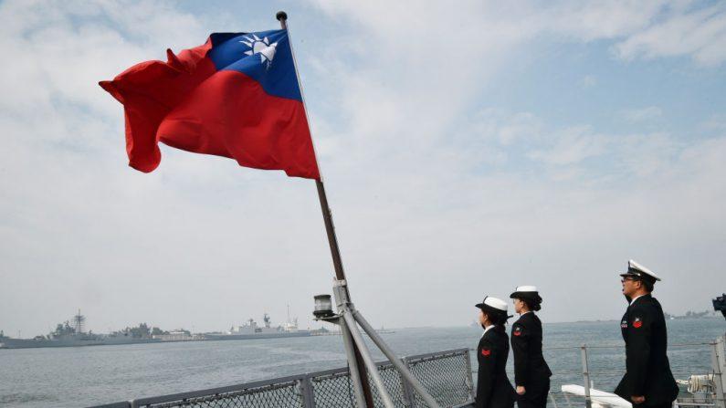 Marineros taiwaneses saludan la bandera de la isla en la cubierta de la nave de suministro Panshih, después de participar en simulacros anuales, en la base naval de Tsoying, en Kaohsiung, el 31 de enero de 2018. Las tropas taiwanesas realizaron ejercicios militares el día anterior, el 30 de enero, para simular un intento de invasión, principal amenaza de la isla, mientras China aumenta la presión sobre la presidente Tsai Ing -Wen. (MANDY CHENG/AFP/Getty Images)