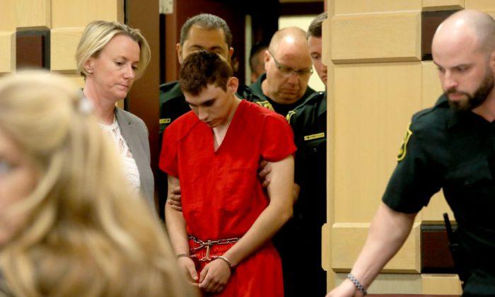 Nikolas Cruz comparece ante el tribunal con la abogada Melissa McNeil (Iz.) para una audiencia del estado ante la Jueza del Circuito de Broward, Elizabeth Scherer, el 19 de febrero de 2018, en Fort Lauderdale, Florida. (Crédito de Mike Stocker-Pool / Getty Images)