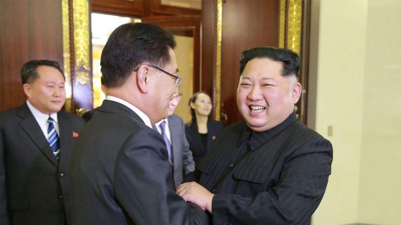 Fotografía publicada por la Agencia de Noticias Central Coreana de Corea del Norte el 6 de marzo de 2018 que muestra al líder norcoreano Kim Jong-Un (Der.) estrechando la mano del principal delegado surcoreano, Chung Eui-yong (Cen.), durante la reunión de ambos países en Pyongyang. (Crédito de la foto debe leer STR / AFP / Getty Images)