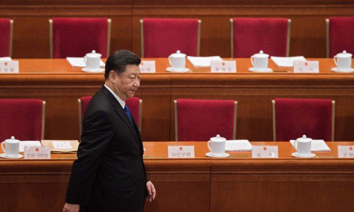 El líder chino Xi Jinping llega a la cuarta sesión plenaria de la Asamblea Popular Nacional (APN) en el Gran Salón del Pueblo en Beijing, China, el 13 de marzo de 2018. (Nicolas Asfouri/AFP/Getty Images)