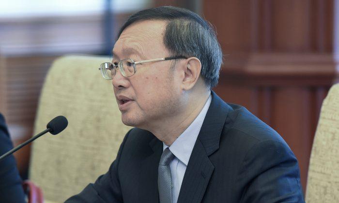 El diplomático chino Yang Jiechi habla durante una reunión con funcionarios surcoreanos en la casa de huéspedes del estado Diaoyutai en Beijing, China, el 12 de marzo de 2018. (Etienne Oliveau/Getty Images)