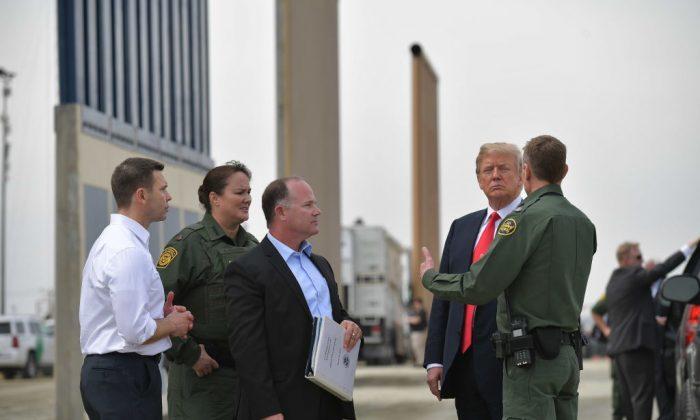 El presidente Donald Trump inspecciona los prototipos de muros fronterizos en San Diego, California, el 13 de marzo de 2018. (MANDEL NGAN / AFP / Getty Images)