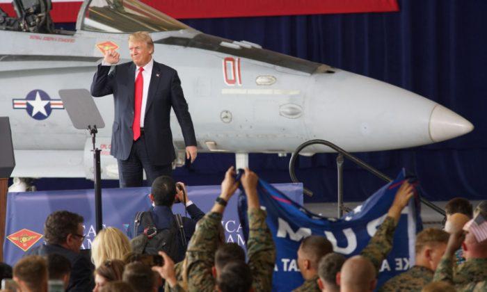 El presidente Donald Trump se dirige a las tropas en la Estación Aérea del Cuerpo de Marines de Miramar el 13 de marzo de 2018, en San Diego, California. (Sandy Huffaker / Getty Images)