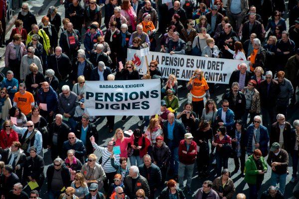 Los jubilados españoles salieron a las calles para exigir