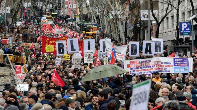 Manifestantes en Madrid el 17 de marzo de 2018, durante una protesta convocada por la Mesa Estatal por el Blindaje de las Pensiones (MERP), para defender sus derechos de pensión. Decenas de miles de españoles de edad avanzada se reunieron hoy en todo el país para exigir mejores pensiones. (Crédito de JAVIER SORIANO / AFP / Getty Images)