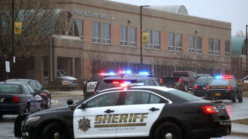 """Los vehículos policiales están estacionados frente a la escuela """"Great Mills High School"""" después de un tiroteo el 20 de marzo de 2018 en Great Mills, Maryland. Se informó que dos estudiantes resultaron heridos después de que un colega abrió fuego contra ellos en el pasillo justo antes de que comenzaran las clases. (Crédito de Wilson / Getty Images)"""