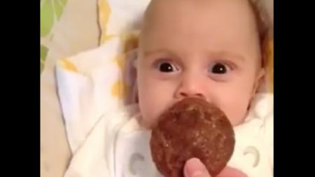 Abuela saca una galleta de chocolate, pero la reacción del bebé se roba el show