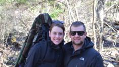 Una pareja decide aventurarse en el bosque con un detector de metales, no creerás lo que encontraron