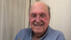 Anciano afligido por la muerte de su esposa con quien estuvo casado 75 años, así recobra el ánimo