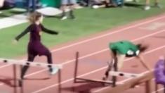 Las corredoras estaban muy cerca de la meta, una de ellas cae. Lo que hace la otra Inspira