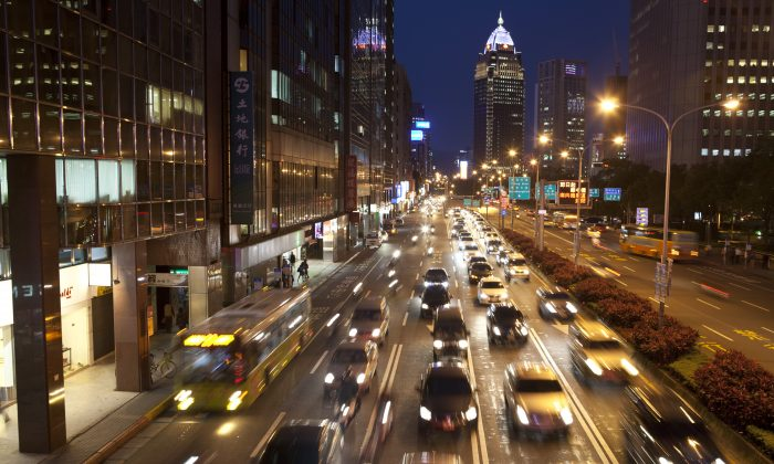 El tráfico moviéndose al atardecer a lo largo de una avenida en el distrito de Hsin-yi de Taipei, Taiwán, el 15 de abril de 2013. (Ashley Pon/Getty Images)