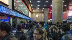 El 'sistema de crédito social' orwelliano de China comenzará a prohibir a la gente a subir a los aviones y trenes