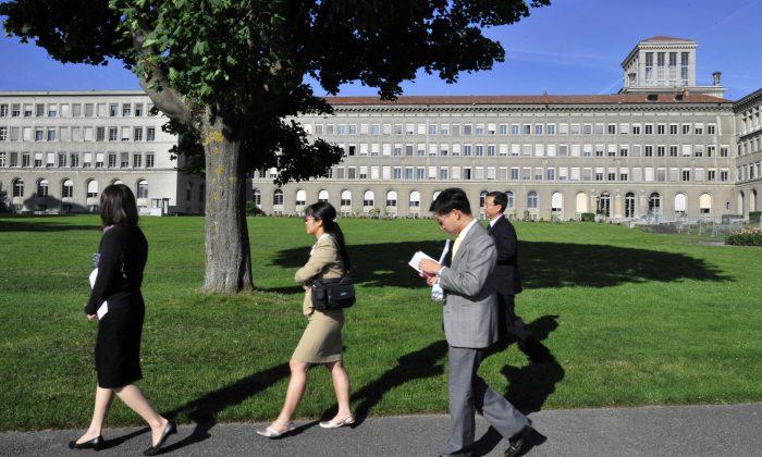 Funcionarios chinos caminan frente a la sede de la Organización Mundial del Comercio en Ginebra, el 22 de julio de 2008. (Fabrice Coffrini/AFP/Getty Images)