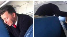 Asistente de vuelo saca a anciana de su asiento, cuando la mujer detrás los ve, tiene que decirlo