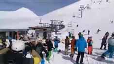 Andarivel con fallas arroja violentamente a esquiadores por los aires en Georgia
