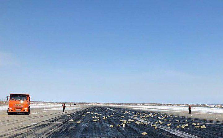 ¡Lluvia de oro! Avión tira carga de lingotes en Rusia