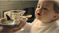 Cuchara para bebé con soporte para transmitir imágenes del celular desata polémica