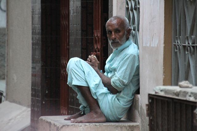 hombre calle descalzo