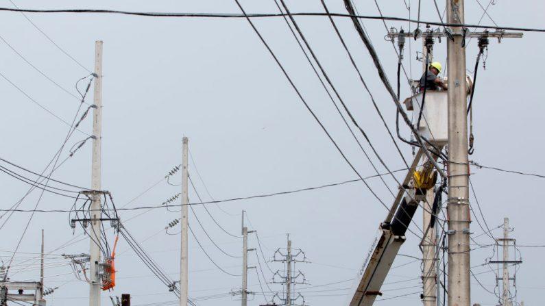 Un empleado de la Autoridad de Energía Eléctrica de Puerto Rico (AEE), dijo: 'Una falla importante apagó la electricidad en Puerto Rico hoy, dejando a toda la isla sin electricidad casi siete meses después que la tormenta destruyera la red eléctrica. Podría llevar hasta 36 horas restablecer la electricidad a casi 1,5 millones de clientes afectados'. (Foto de José Jiménez Tirado/Getty Images)