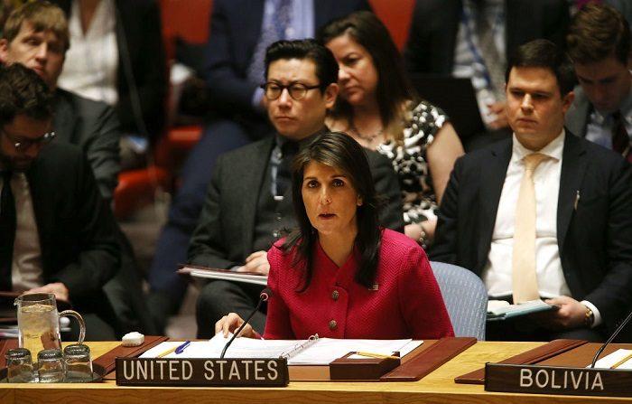 La embajadora de Estados Unidos ante las Naciones Unidas (ONU) Nikki Haley habla durante una reunión del Consejo de Seguridad de la ONU. (Foto de Spencer Platt/Getty Images)