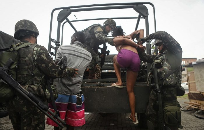 Soldados brasileños detienen a ocho personas en un operativo de la Policía contra las milicias. (Foto de Mario Tama/Getty Images)