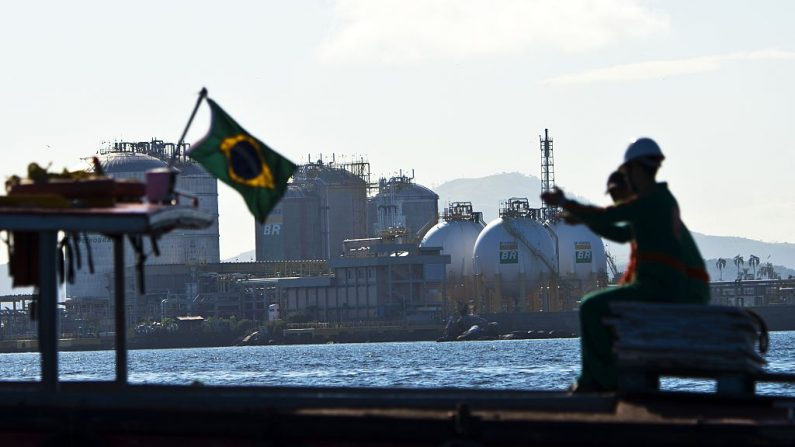 Vista de una refinería de Petrobras, en las aguas de la Bahía de Guanabara, en Río de Janeiro, Brasil. AFP PHOTO/VANDERLEI ALMEIDA (El crédito de la foto debe leer VANDERLEI ALMEIDA/AFP/Getty Images)