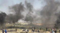 Un muro de humo surge de la quema de neumáticos en una protesta en el este de Gaza