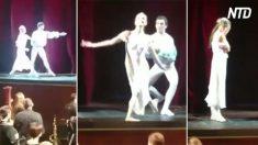 Bailarina confundida por movimiento de pareja. Cuando el público ve lo que pasa, estalla la ovación
