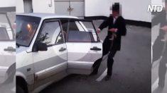 Policía detiene auto con exceso de velocidad. Cuando el conductor se baja, ven un pasajero inusual