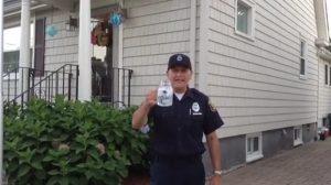 El oficial intenta hacer el desafío del cubo de hielo usando un tarro con agua: ¡No esperaba esto!