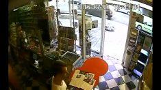 Empleado de tienda es amenazado por ladrón. Cuando el empleado corre, algo inesperado sucede