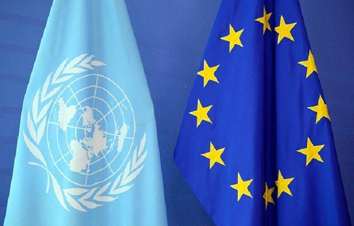 La bandera de las Naciones Unidas (L) junto a la bandera de la Unión Europea en la sede de la Comisión de la Unión Europea. (Crédito de la foto: THIERRY CHARLIER/AFP/Getty Images)