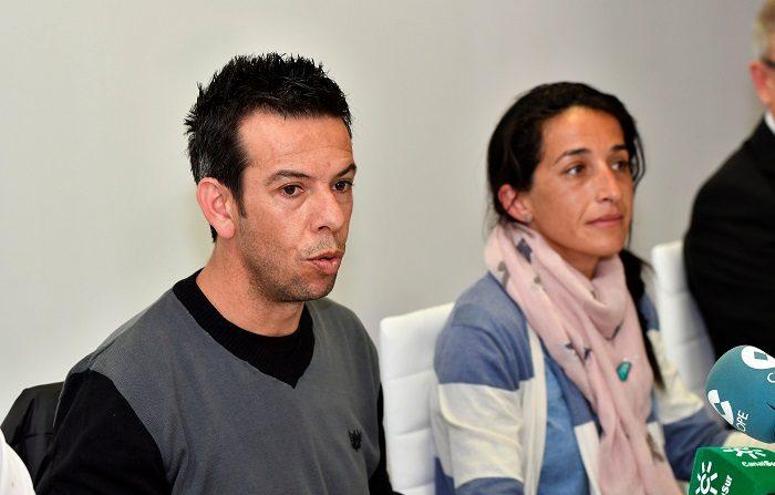 Los padres del niño Gabriel Cruz, Patricia Ramírez (d) y Ángel Cruz (i) comparecen ante los medios durante la rueda de prensa que han ofrecido esta mañana en Las Negras, Nijar (Almería). EFE / Carlos Barba