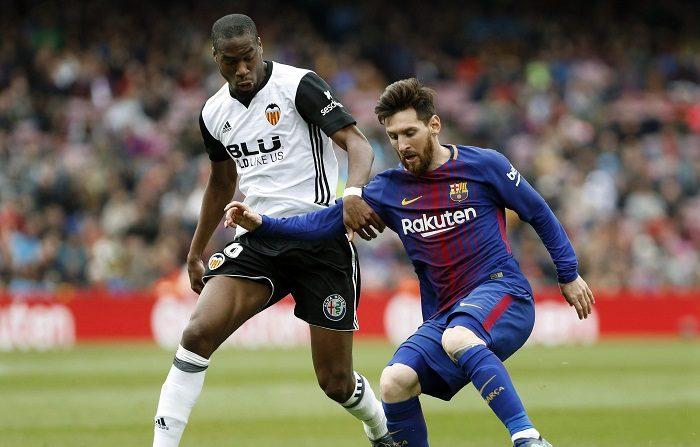 -FOTODELDÍA- GRAF3842. BARCELONA, 14/04/2018.- El delantero argentino del Barcelona, Lionel Messi (d), enfrenta al centrocampista francés del Valencia, Geoffrey Kondogbia (i), durante el partido de la jornada 32 de La Liga que se disputa esta tarde en el estadio del Camp Nou. EFE/Andreu Dalmau
