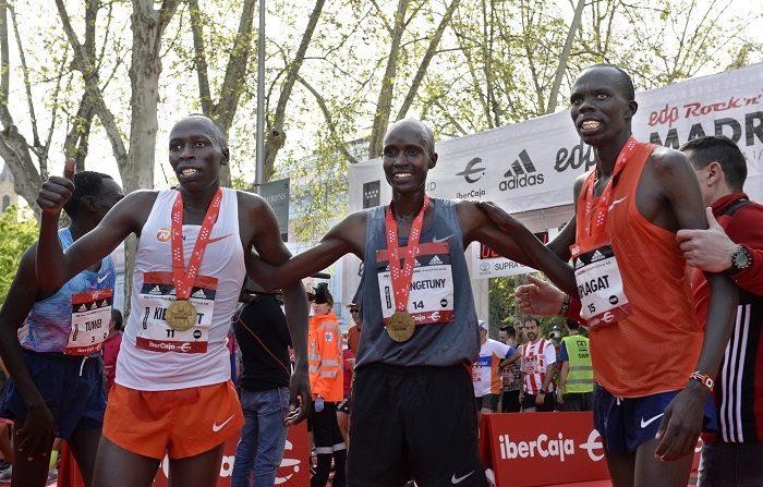 El corredor keniano Eliud Barngentuny (c) que ha sido el primer clasificado del EDP Rock 'n' Roll Maratón de Madrid que se ha celebrado hoy por las calles de la capital, junto al atléta Kenneth Kiplagat (d) que ha llegado en segunda posición, y Alfonce Kibiwott (i), tercero. Se trata del 41 cumpleaños del maratón madrileño, que posee el Gold Label de la IAAF, lo que le coloca a la altura de las prestigiosas pruebas de Nueva York, Londres y Berlín. EFE/Víctor Lerena