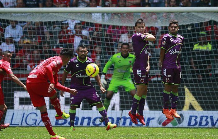Los jugadores de Veracruz Adrián Luna (2d) y Daniel Villalva (d) protegen su portería ante un tiro libre de Toluca, hoy domingo 22 de abril de 2018, durante un partido de la jornada 16 del Torneo Clausura del fútbol mexicano, entre el Toluca y el Veracruz, en el Estadio Nemesio Díez, en la ciudad de Toluca (México). EFE/José Méndez