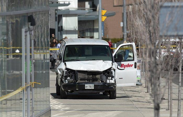 Vista de la camioneta alquilada que ha recorrido la acera golpeando a varios peatones hoy, en el norte de Toronto (Canadá). EFE/WARREN TODA