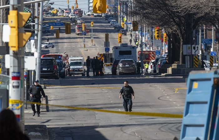 TORONTO (CANADÁ), 23/04/2018.- Miembros de la policía de Toronto trabajan en el lugar donde una camioneta alquilada ha recorrido la acera golpeando a varios peatones hoy, lunes 23 de abril de 2018, en Yonge Street, norte de Toronto (Canadá). EFE/WARREN TODA