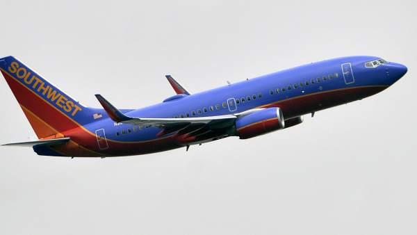 Fotografía de archivo de un avión Boeing 737-7H4 de la compañía Southwest. JUSTIN LANE / EFE