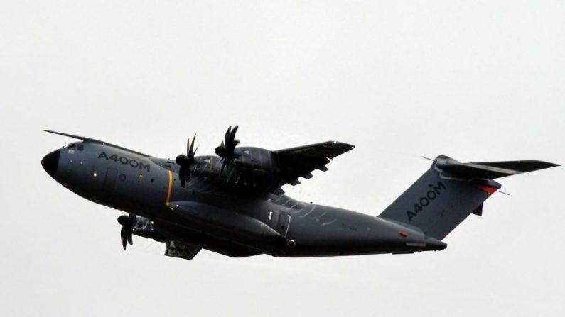 Un avión de transporte militar de cuatro motores turbohélice Airbus A400M es fotografiado sobre Colomiers el 19 de octubre de 2017. FOTOGRAFÍA AFP / PASCAL PAVANI (El crédito de la foto debe leer PASCAL PAVANI/AFP/Getty Images)